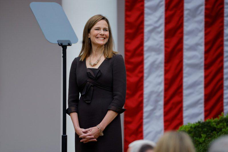 美國總統川普正式提名保守派聯邦上訴法院法官巴瑞特(Amy Coney Barrett),遞補最高法院大法官。 路透社