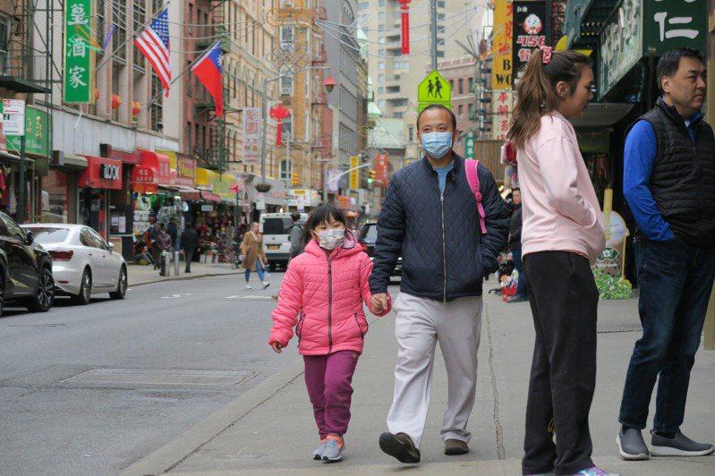 紐約確診病例不斷增加,曼哈頓華埠街上不時可見戴口罩防疫的民眾。 中央社
