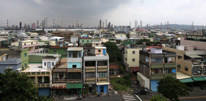 高雄小港大林蒲長期承擔環境汙染重擔,居民生活空間被工業區、油槽及煙囪所包圍。本報資料照片