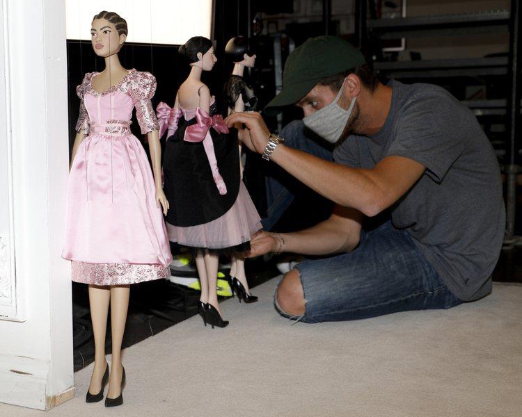 Jeremy Scott這次推出40件女裝,而木偶的靈感來自時裝劇院(Théât...