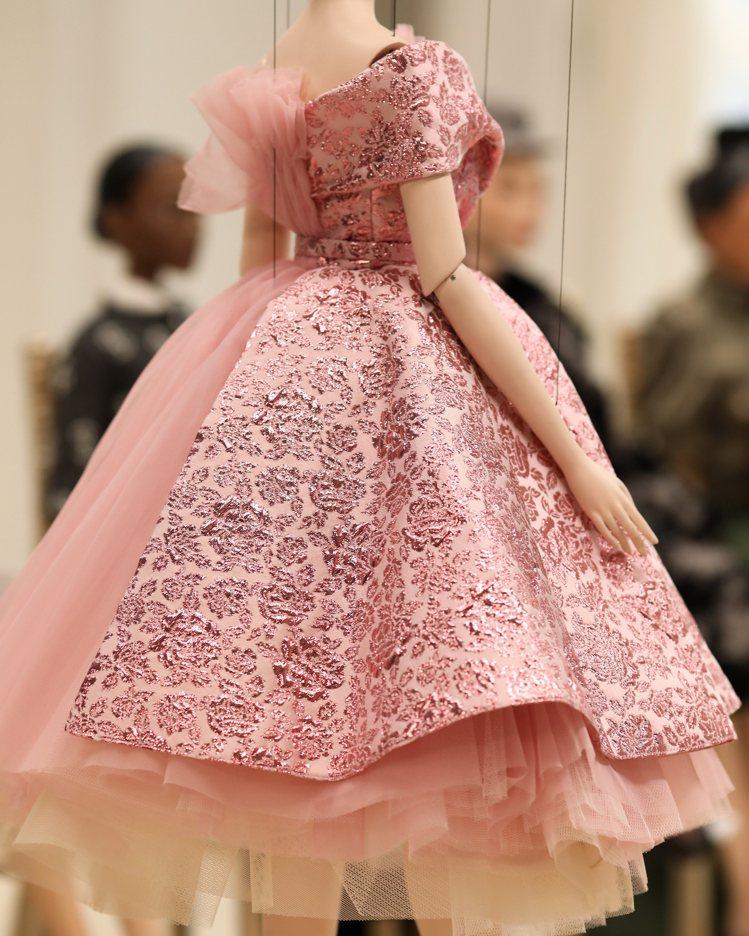 服裝風格主要是向高級訂製精神致敬,透過那種專門量身打造的親暱感,找回拉近人與人之...