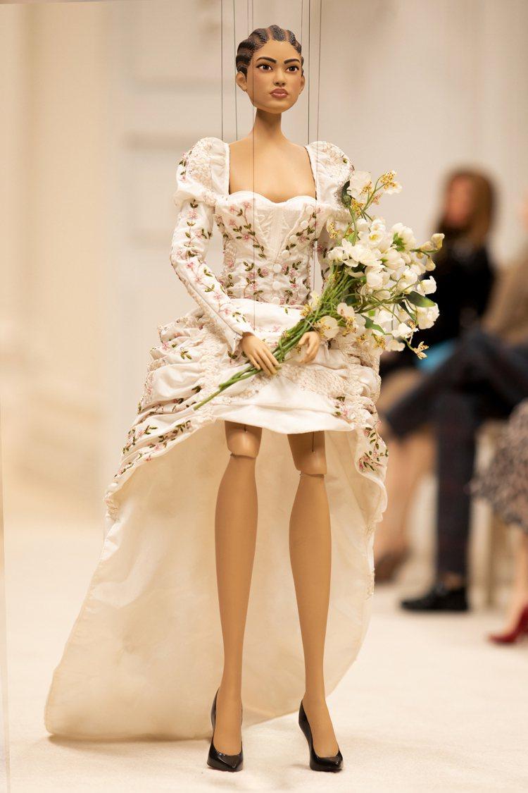 按照MOSCHINO大秀慣例最後壓軸登場的新娘禮服。圖/MOSCHINO提供