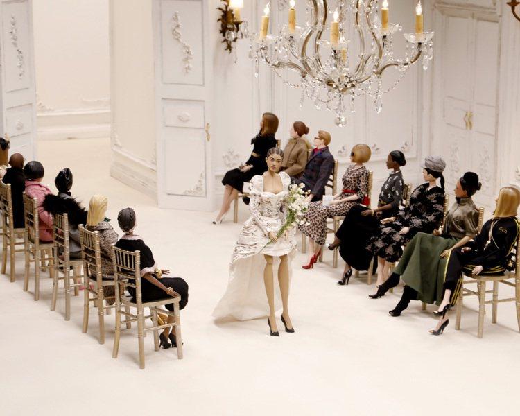用木偶呈現完整的服裝秀。圖/MOSCHINO