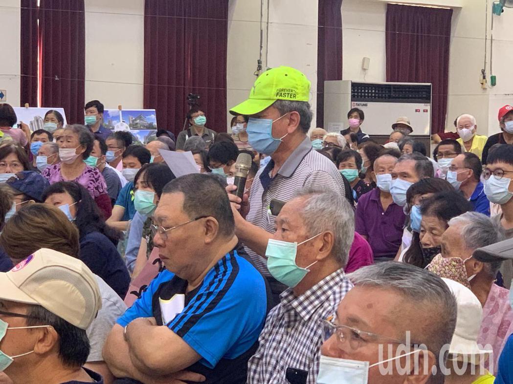 大林蒲舉行遷村座談會砲聲隆隆,居民努力爭取權益。記者徐如宜/攝影