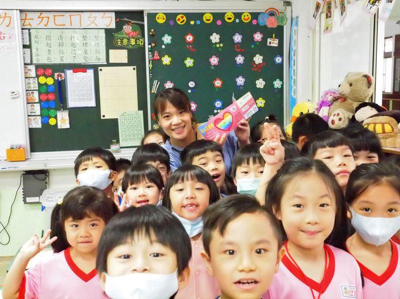 昌平國小學生送給老師「真心三倍券」。圖/昌平國小提供