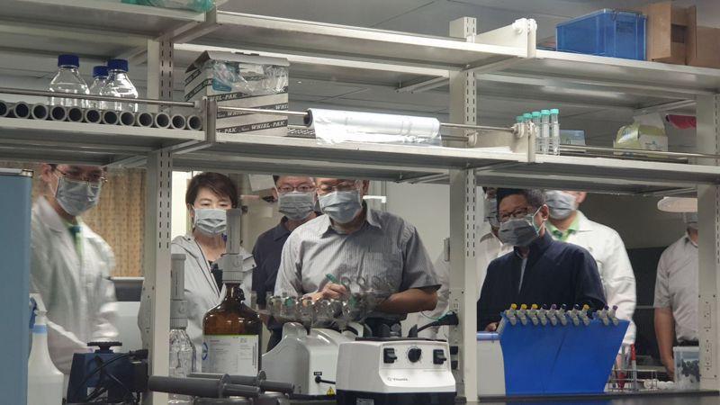台北市長柯文哲與副市長黃珊珊今前往北農視察質譜儀快檢作業流程。記者胡瑞玲/攝影