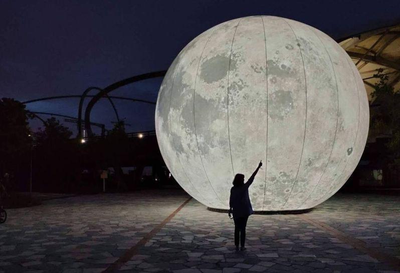 宜蘭最大的人造月亮位於冬山鄉,名為「月亮什麼冬冬」的大圓月,超吸睛。圖/冬山鄉公所提供