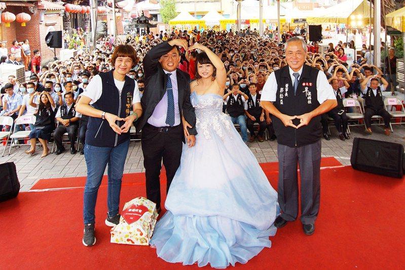 台中市樂成宮每年舉辦未婚聯誼活動,去年聯誼交往丶連結婚的新人,分享喜悅。圖/樂成宮提供