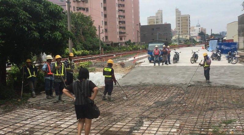 鐵道局施工人員在開元路黃家後展開施作,被抗議者長掛「樓梯留下 保我居住」的白布條。圖/取自黃春香臉書