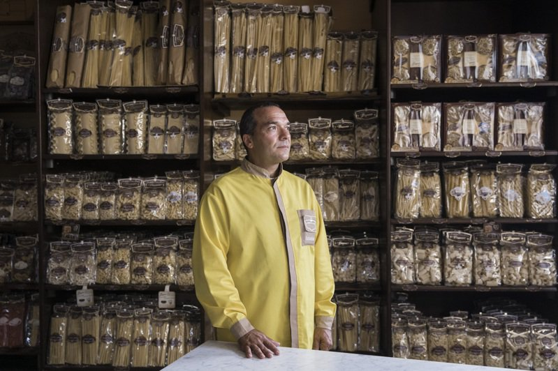 義大利製麵公司La Fabbrica della Pasta原本不願意把自家產品拿去亞馬遜銷售,但疫情期間為免倒閉,開始出貨亞馬遜,跟上這波義國網購潮。紐約時報
