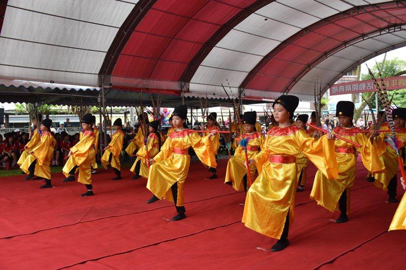 花蓮鳳林國小今年適逢百年校慶,遵循古禮舉行祭祀孔子的六佾舞。記者王思慧/攝影
