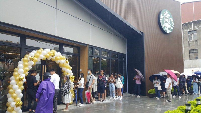 知名連鎖咖啡店星巴克苗栗市國華門市今天中午開幕,吸引消費者冒雨排隊等候開賣。記者胡蓬生/攝影