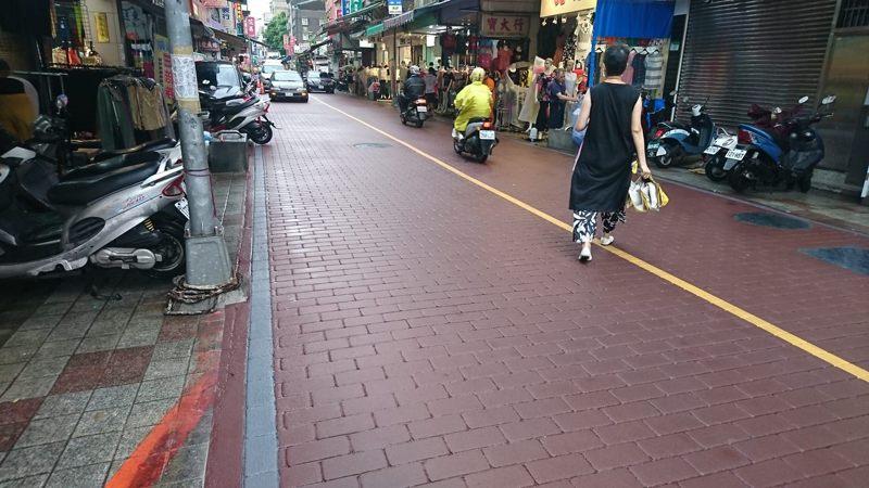 萬華區大理街艋舺服飾商圈道路,因長期車輛碾壓破損不堪,更新路面後廣受地方居民好評。圖/北市新工處提供