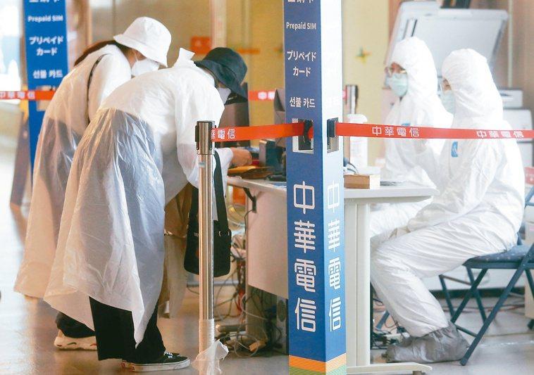 照護員應穿著「拋棄式隔離衣、手套」等,用完即丟,避免跨家戶感染。圖/聯合報系資料...