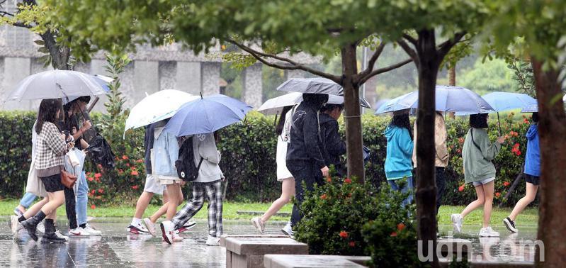 天氣轉涼,外出的一群年輕人身上明顯加了件外套保暖,不過此時正是好穿搭的季節,短褲配外套亦無違和感。記者侯永全/攝影