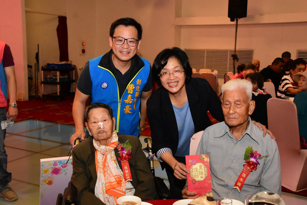 彰化縣政府今天在花壇鄉全國麗園餐廳舉辦高齡同學會,同時表揚彰化縣結婚滿70週年的...
