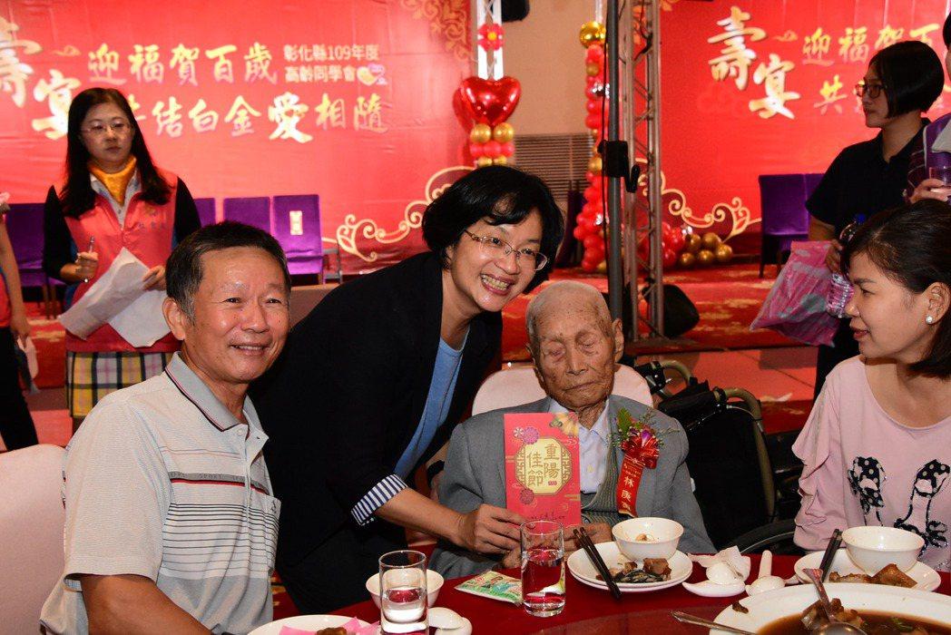 彰化縣府今天邀請38位百歲人瑞及41對白金婚夫妻與其親屬,在花壇鄉全國麗園餐廳舉...
