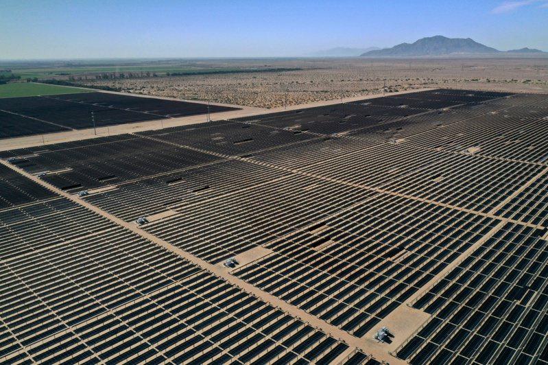 法國、日本和英國等團隊日前報告稱,全球可再生能源發電量在去年首次超越核電核電。圖為美國加州太陽能板。(路透)