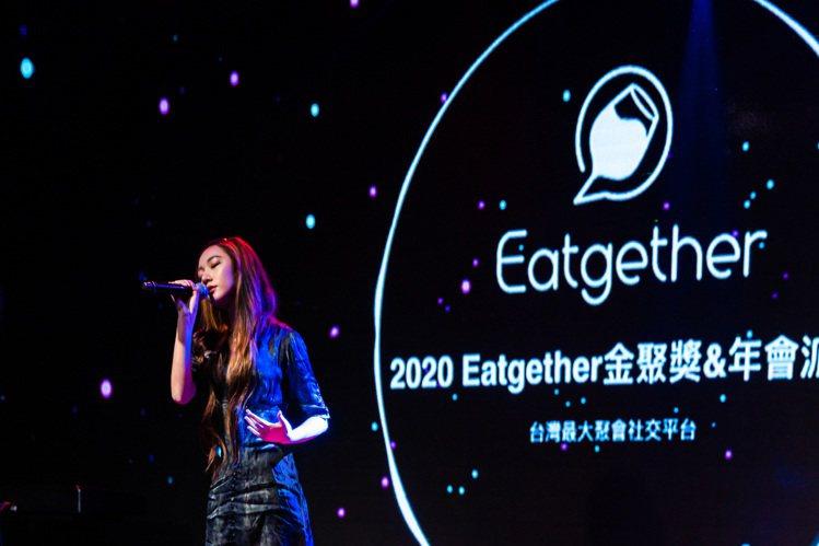 R&B小天后吳卓源擔任2020金聚獎表演嘉賓,現場如痴如醉。圖/Eatgethe...