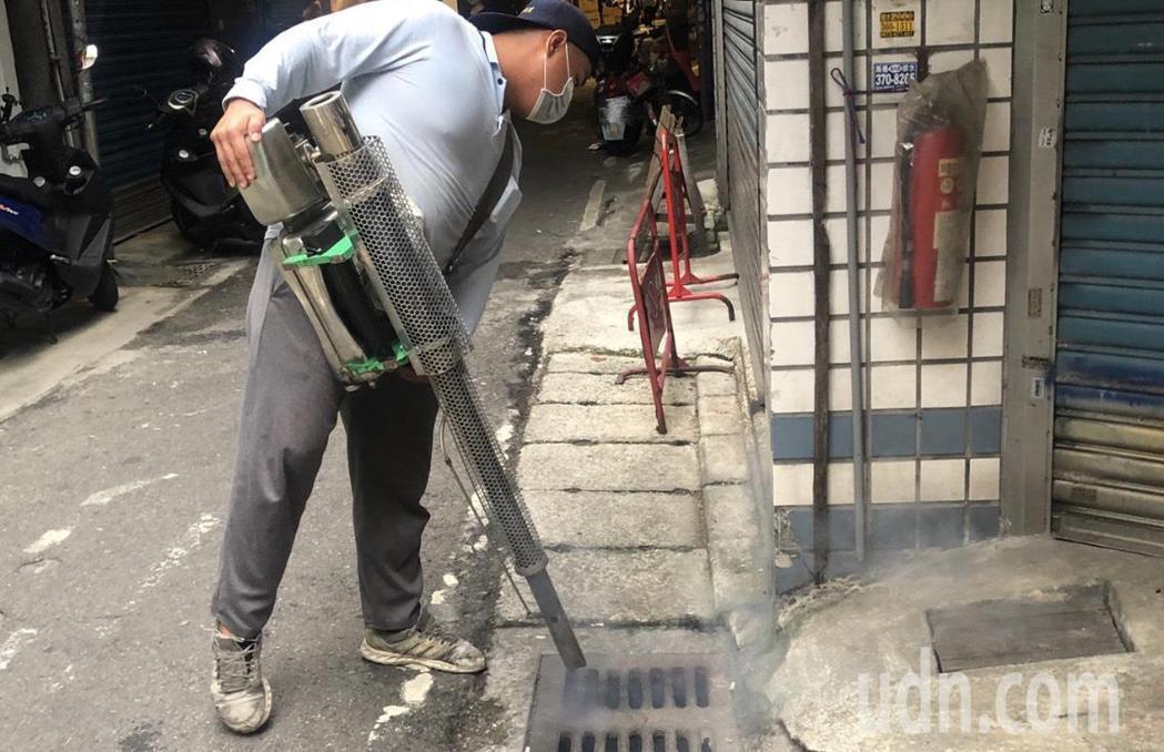 桃園市一名居住八德區的50歲男性昨天確診登革熱,目前桃園累計已有17例,由於該男...