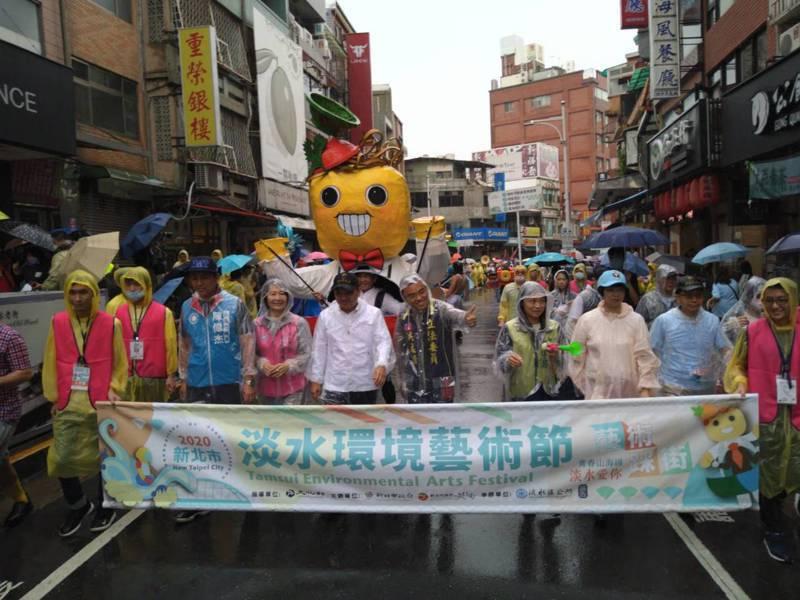 新北市長侯友宜(著白衣)今出席淡水環境藝術節踩街活動。記者吳亮賢/攝影