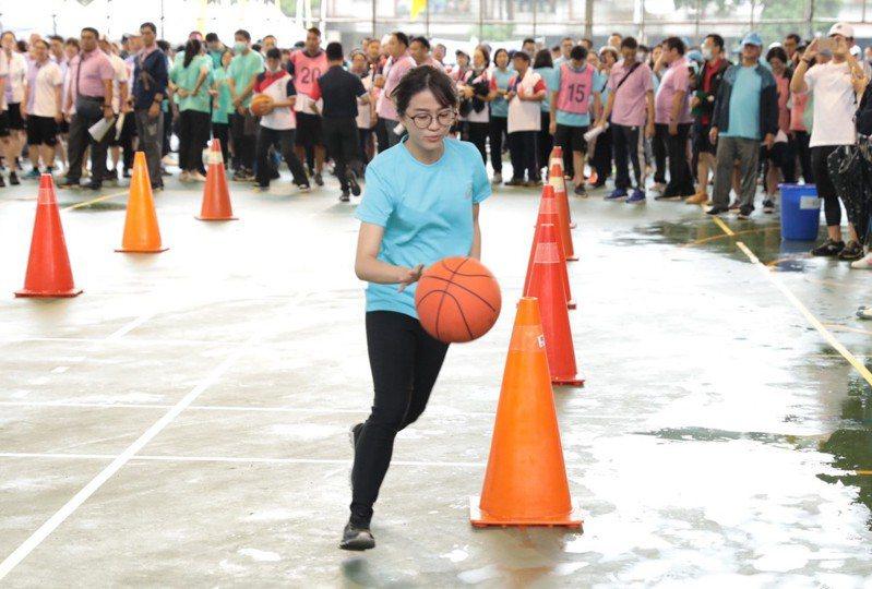基隆市109年度運動會今在百福國中舉行,各機關同仁透過趣味及球類運動放鬆身心。圖/基隆市政府提供
