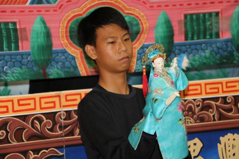 常受社工幫助的阿宏說,從小看著父親舞弄布袋戲,非常著迷,因此認真學習,這次更在餐會中,表演給所有人欣賞。圖/新北社會局提供