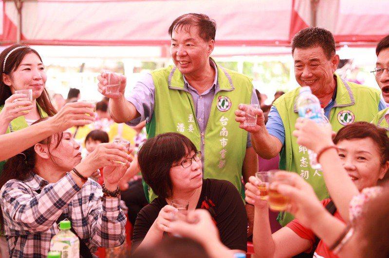 民進黨台南市黨部主委潘新傳(中)向資深黨員逐桌敬酒寒暄。圖/民進黨台南市黨部提供