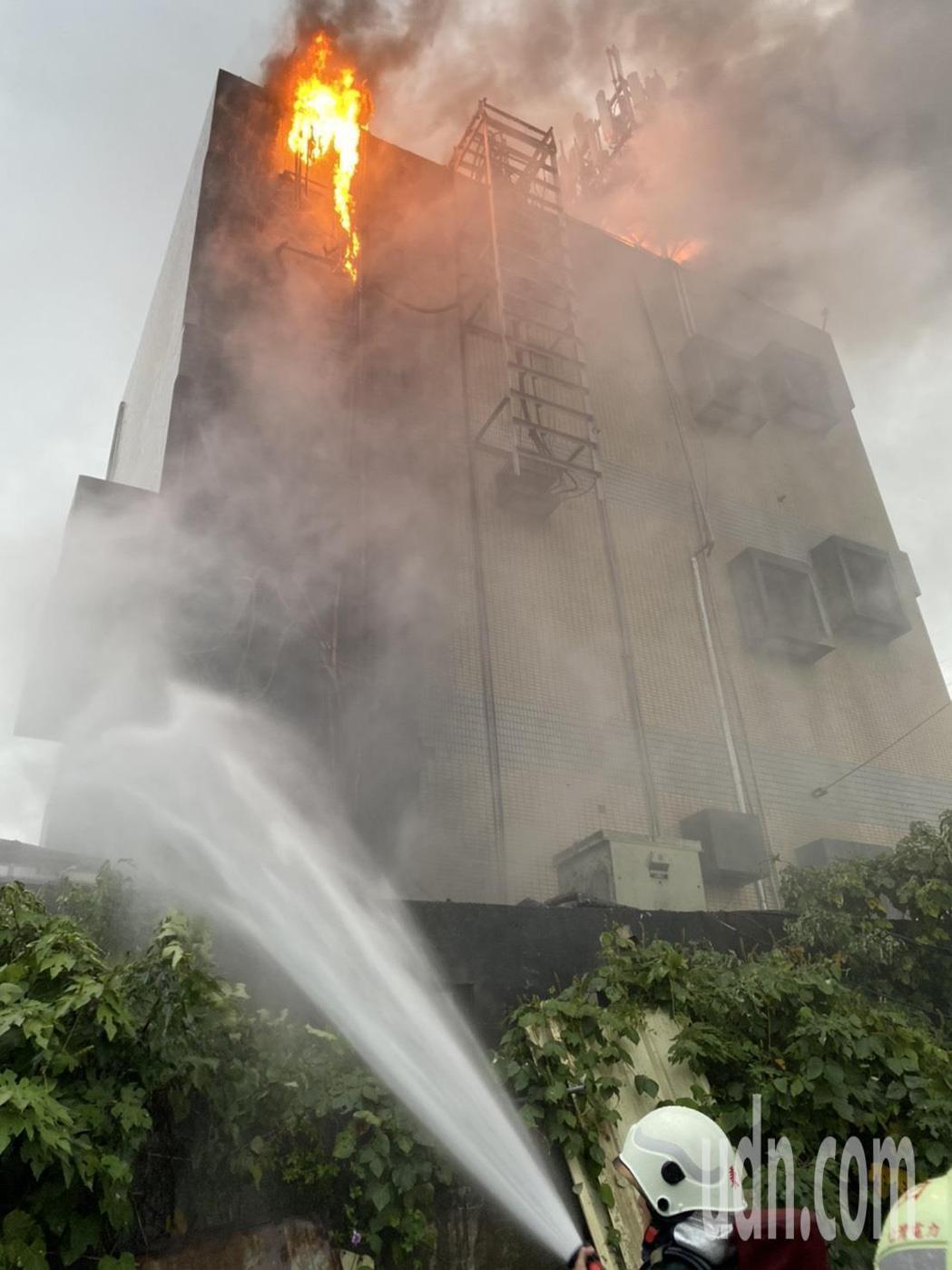 高公局位於苗栗縣頭份市的交控設備機房今天下午5點發生大火,苗栗縣消防局據報趕往灌...
