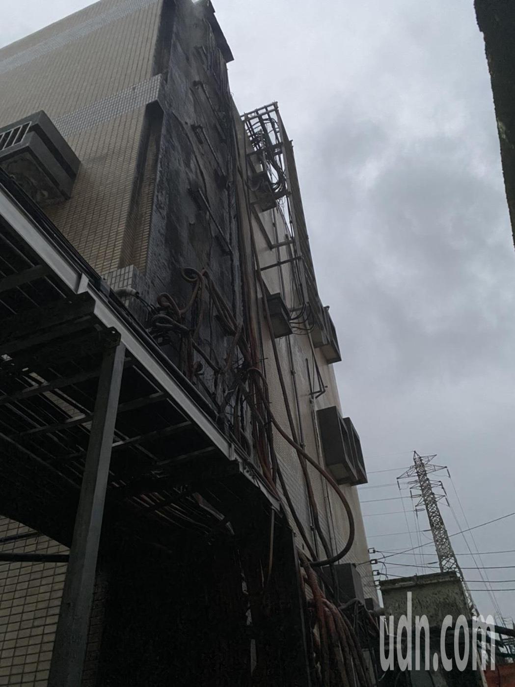 高公局位於苗栗縣頭份市廣興里的交控設備機房今天下午5點發生大火,苗栗縣消防局據報...