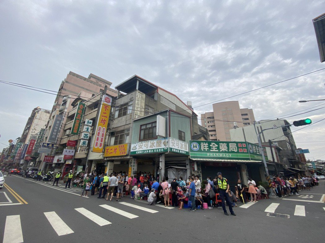 彰化排隊名店「不二坊蛋黃酥」,破天荒宣布宣布「9/9-9/26停止現場販售」後,...