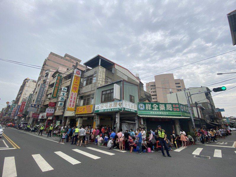 彰化排隊名店「不二坊蛋黃酥」,破天荒宣布宣布「9/9-9/26停止現場販售」後,今天恢復現場排隊購買,民眾大排長龍。記者劉明岩/攝影