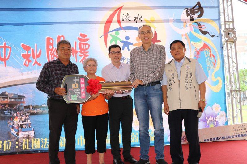 新建成餅店負責人林陳菊英(左2)和餅店第二代林建雄(左1)和林建盛(左3)兄弟捐贈復康巴士。圖/新北市社會局提供