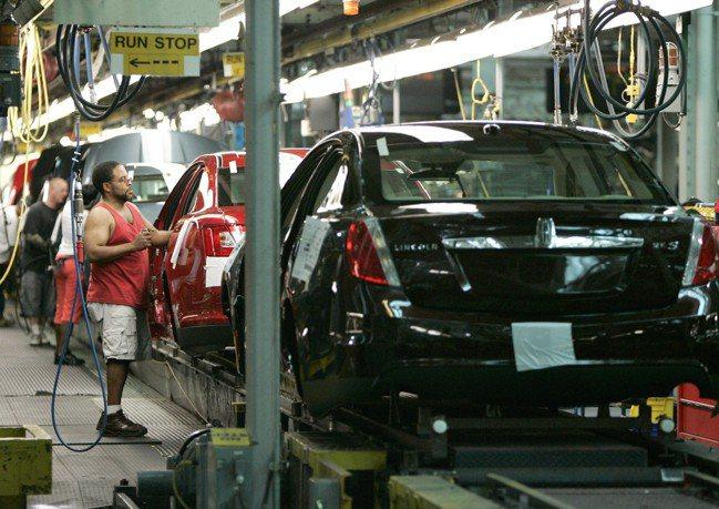 隨著經濟復甦,美國的倉庫和工廠老闆發現,若不調高工資,就無法填補人力空缺。(本報...
