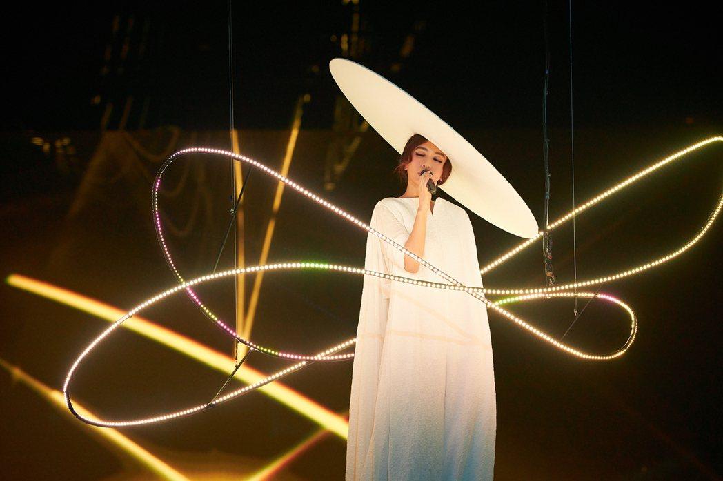 田馥甄頭戴白色寬帽,揭開演唱會序幕。圖/何樂音樂提供
