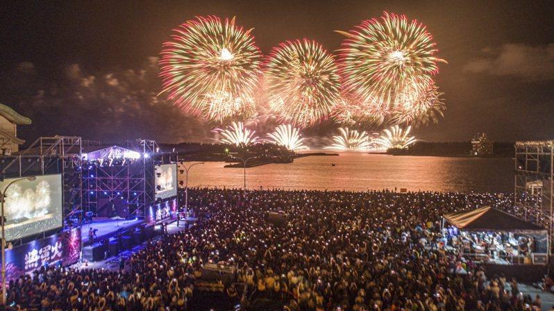 台南將軍火煙火秀晚間登場,會場擁入大批熱情歌迷,照亮港區夜空。圖/台南市政府提供