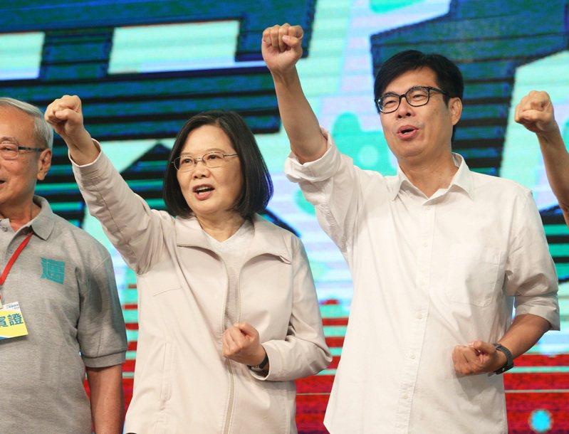 高雄市長陳其邁(右)表示,台灣六都城市從來就不是中國一部分,註冊名稱遭片面更改,列入中國一部分,讓人無法接受,嚴正拒絕這項矮化行為,拒絕被列入「中國的城市」。本報資料照片
