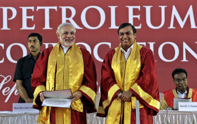 亞洲首富安巴尼(右)透過信實工業打造的帝國版圖,深入印度經濟各環節,陸續獲得亞馬...