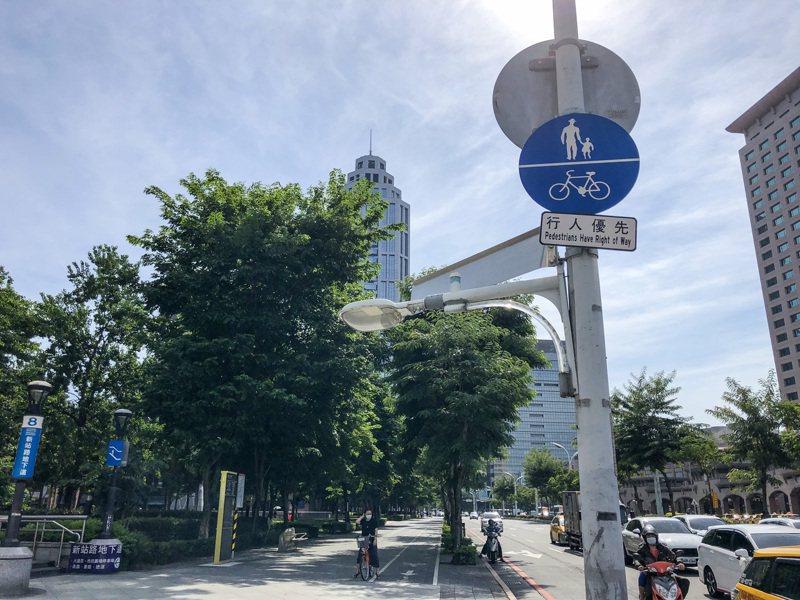 新北市交通局公告,10月12日起,全新北可通行自行車的人行道禁止行駛電動、電輔自行車,違規者可依法取締。記者王敏旭/攝影