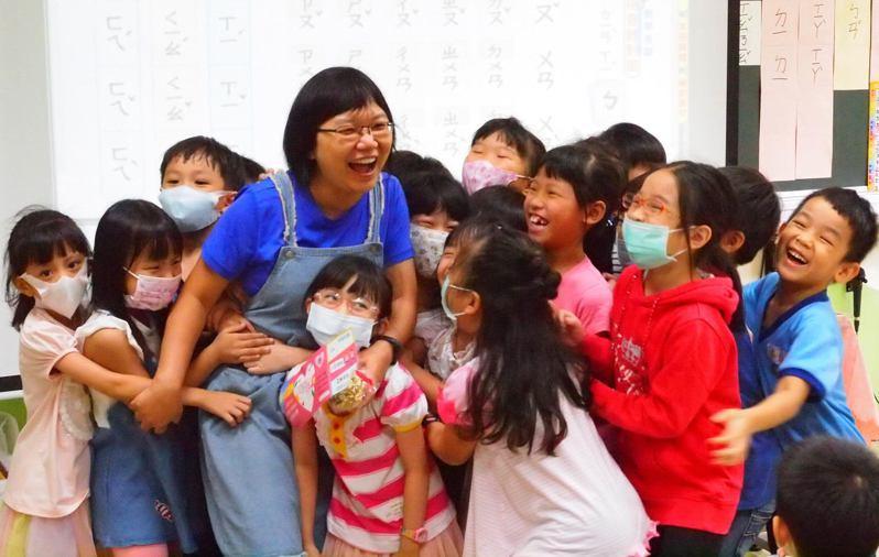 幸福不只3倍 新北市新莊區昌平國小教師(左4)使用抱抱米花券,與學生們開心地抱在一塊。圖/昌平國小提供