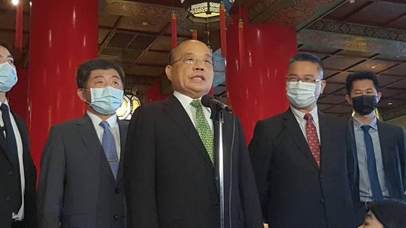 對於有台灣藝人參與中共「十一」晚會,蘇揆(右三)表示國人自有公評。記者邱宜君/攝影
