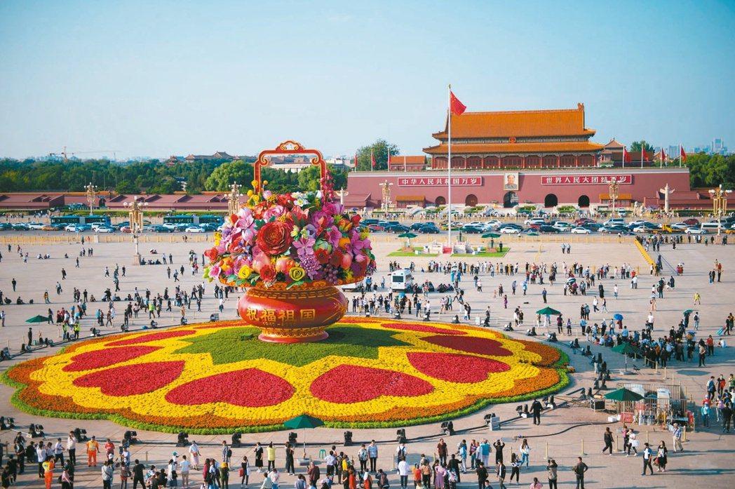 中共「十一」前夕,天安門廣場裝飾具吉祥寓意的大花籃,供人拍照。(新華社)