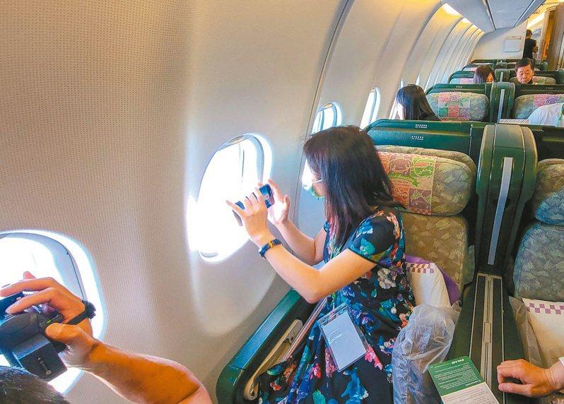 疫情使民眾無法正常出國旅遊,航空公司推出偽出國專案讓員工能繼續工作,並滿足民眾旅行的渴望。 圖/聯合報系資料照片