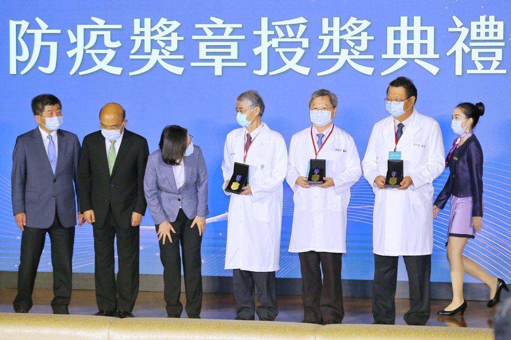 蔡英文總統(左三)昨天頒發「防疫獎章」給防疫英雄,行政院長蘇貞昌(左二)、衛福部...