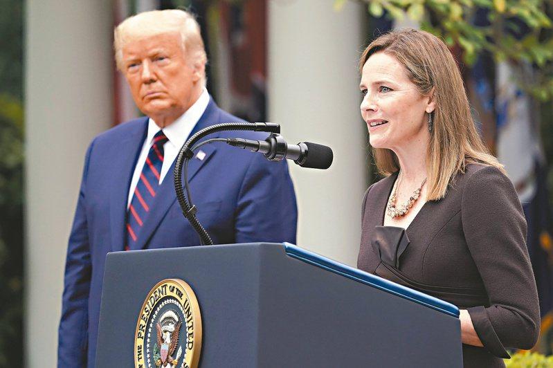 美國總統川普(左)廿六日在白宮玫瑰花園正式提名聯邦第七巡迴上訴庭法官巴瑞特(右)為大法官,巴瑞特在提名記者會上致辭。(路透)