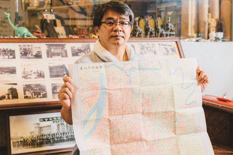 大學主修地理的高傳棋,因緣際會下栽入蒐集古地圖的世界。 圖/林冠良攝影