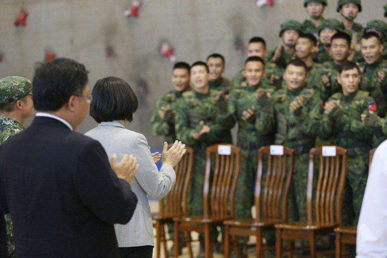 蔡英文總統(左二)到桃園市武漢營區視導特戰官兵戰技,操演士兵以歌聲歡迎總統。圖/聯合報系資料照片