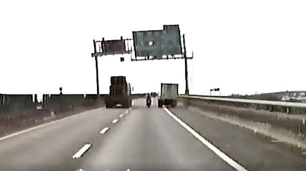 重機騎士遭右方貨車超車碰撞。圖取自臉書