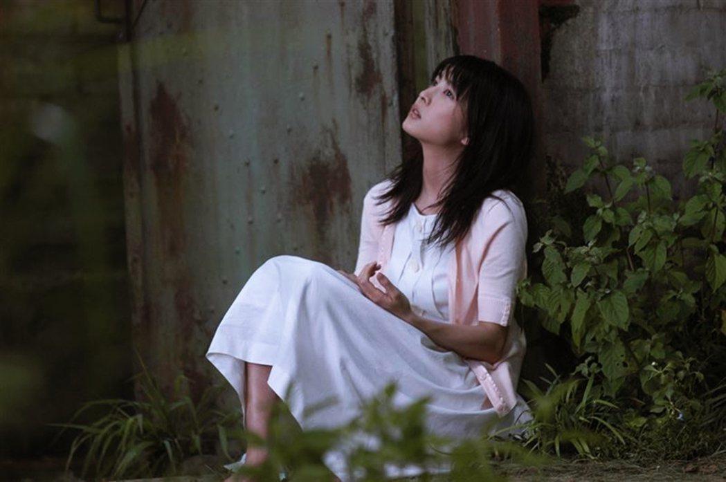 竹內結子也開始挑戰純愛劇,演出了2004年電影《現在,很想見你》。 圖/《現在,...