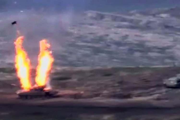亞美尼亞國防部釋出影片截圖,27日在兩國邊界地帶,亞塞拜然軍一架坦克遭到攻擊。